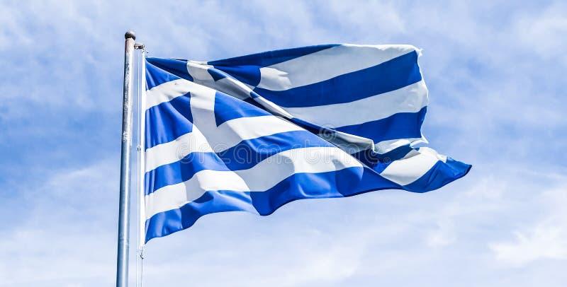 Bandera griega y cielo nublado en el d?a de verano, pol?tica de Europa fotos de archivo