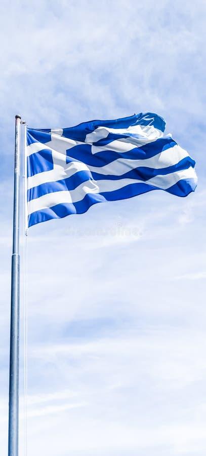 Bandera griega y cielo nublado en el d?a de verano, pol?tica de Europa fotos de archivo libres de regalías
