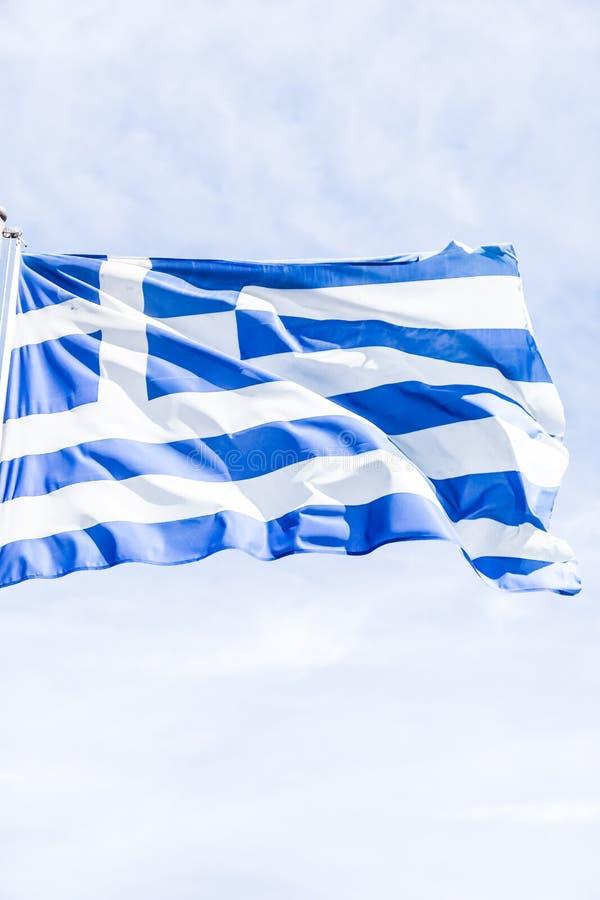 Bandera griega y cielo nublado en el d?a de verano, pol?tica de Europa foto de archivo