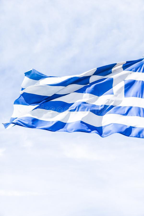 Bandera griega y cielo nublado en el d?a de verano, pol?tica de Europa foto de archivo libre de regalías