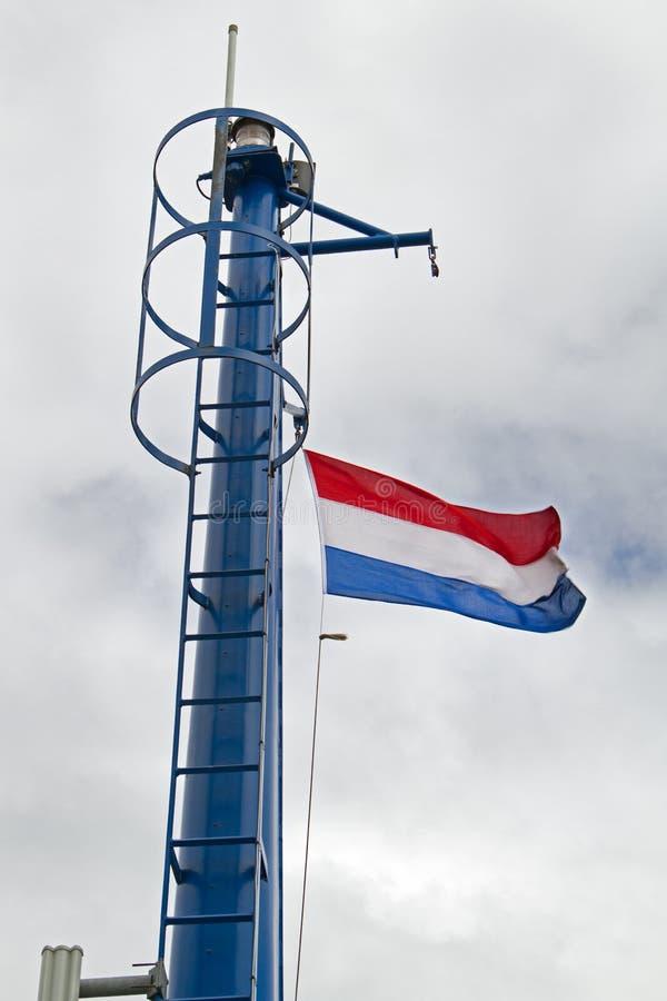 Bandera holandesa en el palo de la nave imagenes de archivo