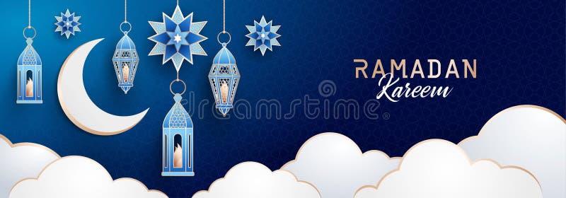 Bandera horizontal de Ramadan Kareem con las linternas, el creciente, las estrellas y las nubes tradicionales en fondo azul marin ilustración del vector