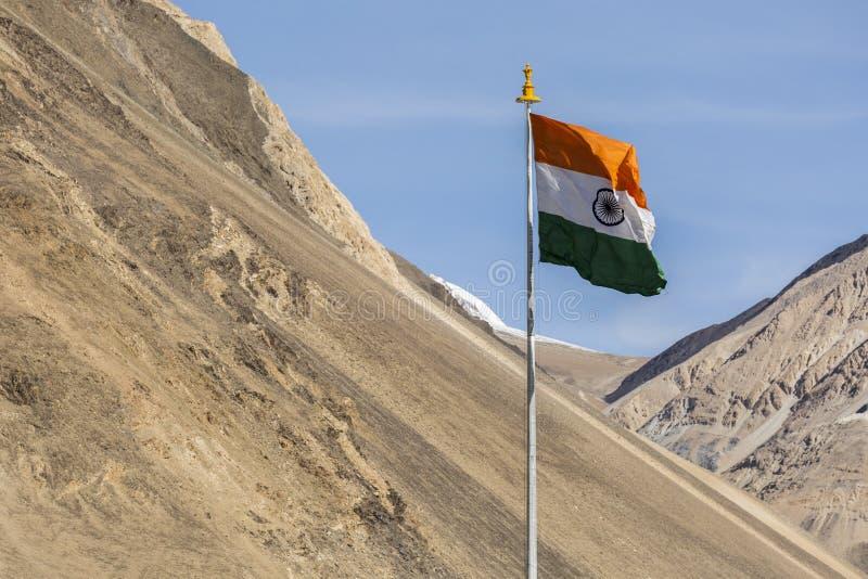 Bandera india del símbolo de la India contra las montañas y el cielo azul fotos de archivo