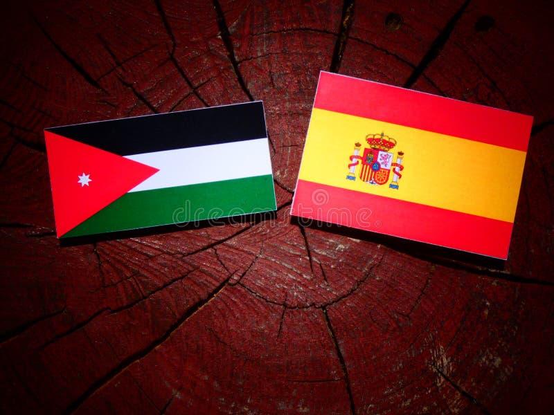 Bandera jordana con la bandera española en un tocón de árbol fotografía de archivo libre de regalías