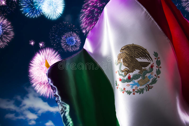 Bandera mexicana con los fuegos artificiales, Día de la Independencia, cinco de Mayo cel fotografía de archivo