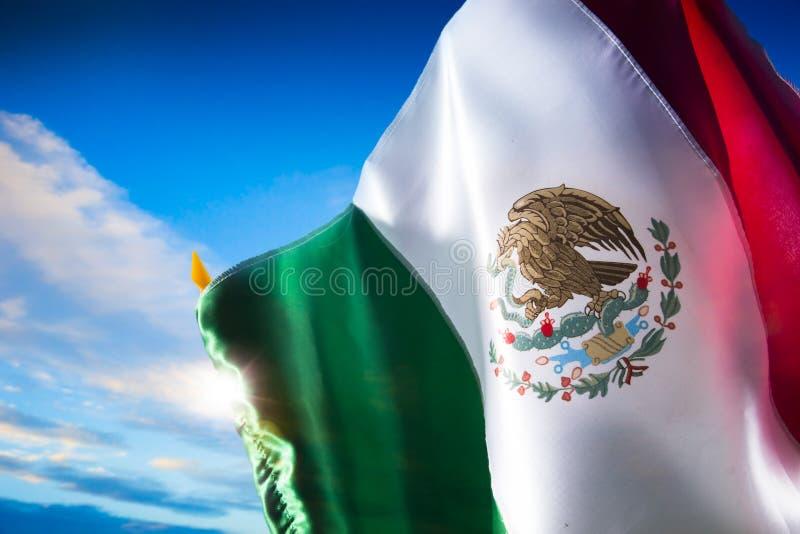 Bandera mexicana contra un cielo brillante, Día de la Independencia, cinco de ma imagen de archivo libre de regalías