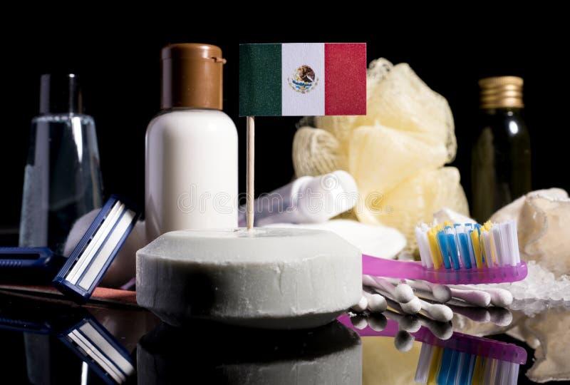 Bandera mexicana en el jabón con todos los productos para la gente hy imagen de archivo