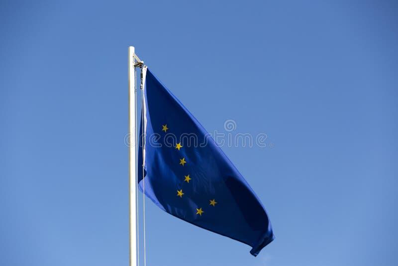 Bandera nacional de Alaska en una asta de bandera foto de archivo