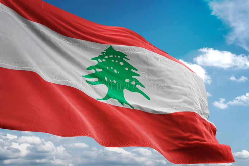 Bandera nacional de Líbano que agita el ejemplo realista 3d del fondo del cielo azul stock de ilustración