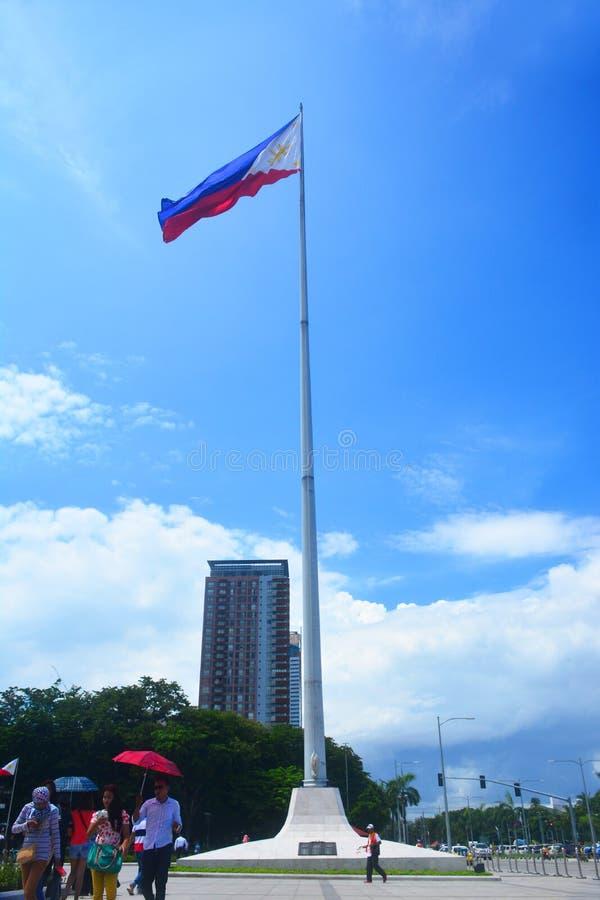 Bandera nacional de la asta de bandera de Filipinas en el parque de Rizal, Manila imagenes de archivo