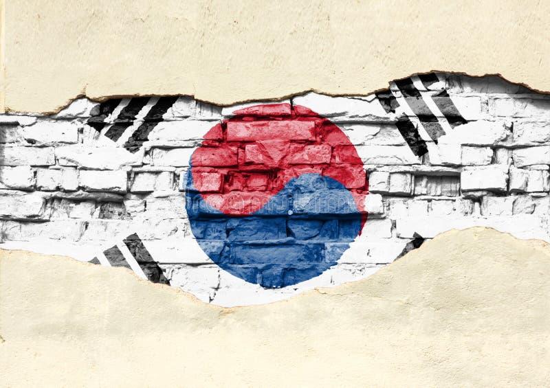 Bandera nacional de la Corea del Sur en un fondo del ladrillo Pared de ladrillo con yeso, fondo o textura parcialmente destruido imagenes de archivo