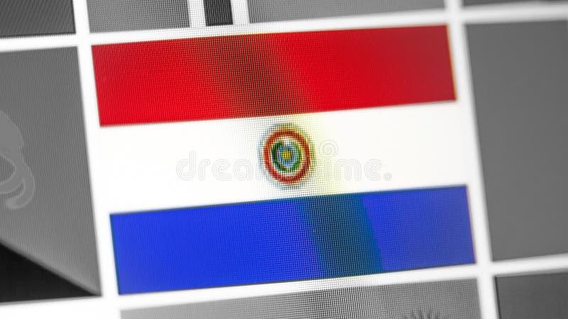 Bandera nacional de Paraguay del país Bandera de Paraguay en la exhibición, un efecto de moaré digital imágenes de archivo libres de regalías