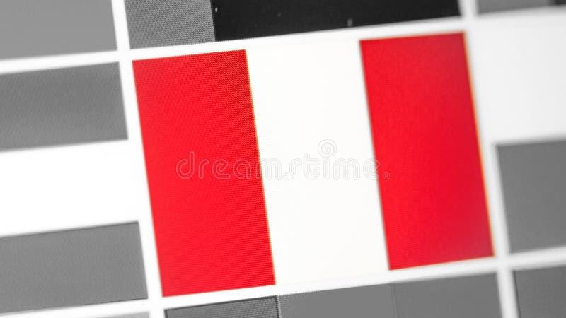 Bandera nacional de Perú del país Bandera de Perú en la exhibición, un efecto de moaré digital imagen de archivo libre de regalías