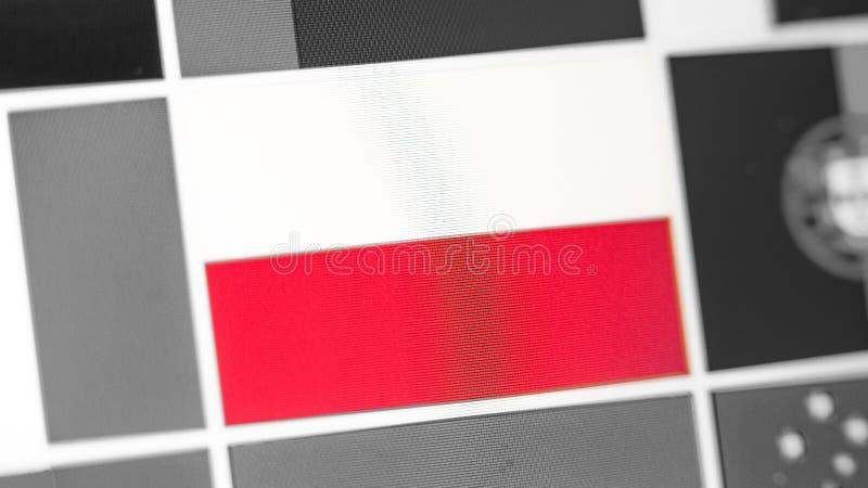 Bandera nacional de Polonia del país Bandera de Polonia en la exhibición, un efecto de moaré digital foto de archivo libre de regalías