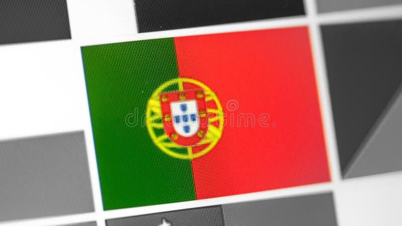 Bandera nacional de Portugal del país Bandera de Portugal en la exhibición, un efecto de moaré digital imagen de archivo