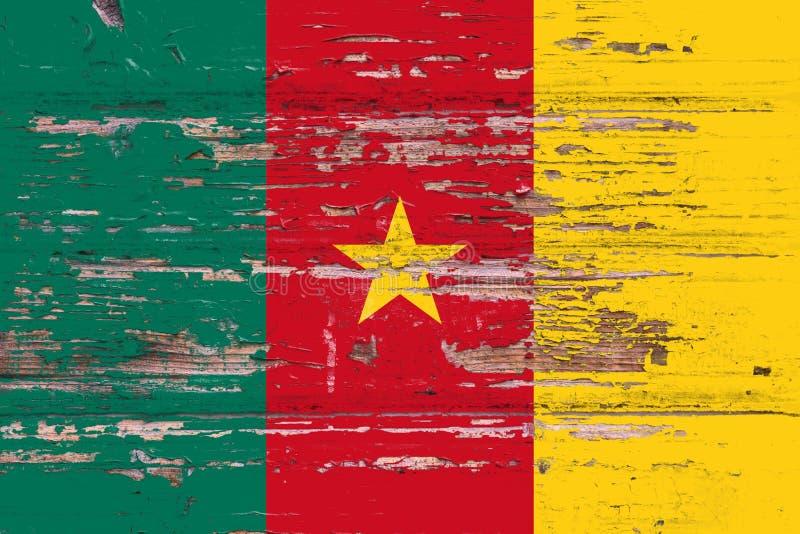 Bandera nacional del Camerún en un fondo de madera fotos de archivo