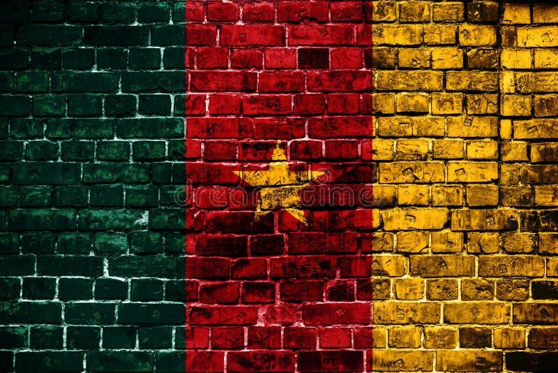Bandera nacional del Camerún en un fondo del ladrillo foto de archivo libre de regalías