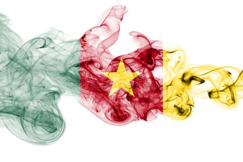 Bandera nacional del humo del Camerún en un fondo blanco imagenes de archivo