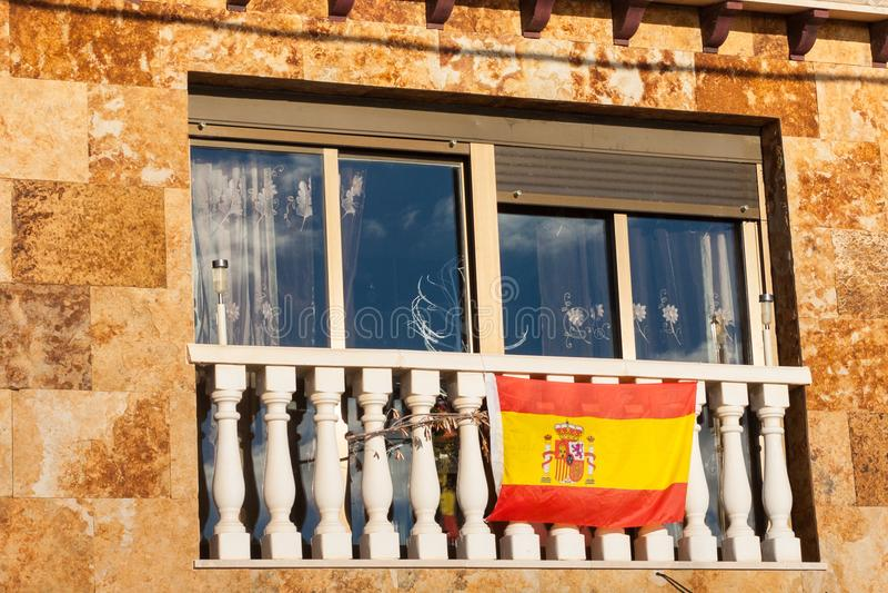 Bandera nacional española en el balcón de una casa Palma, Majorca fotos de archivo libres de regalías