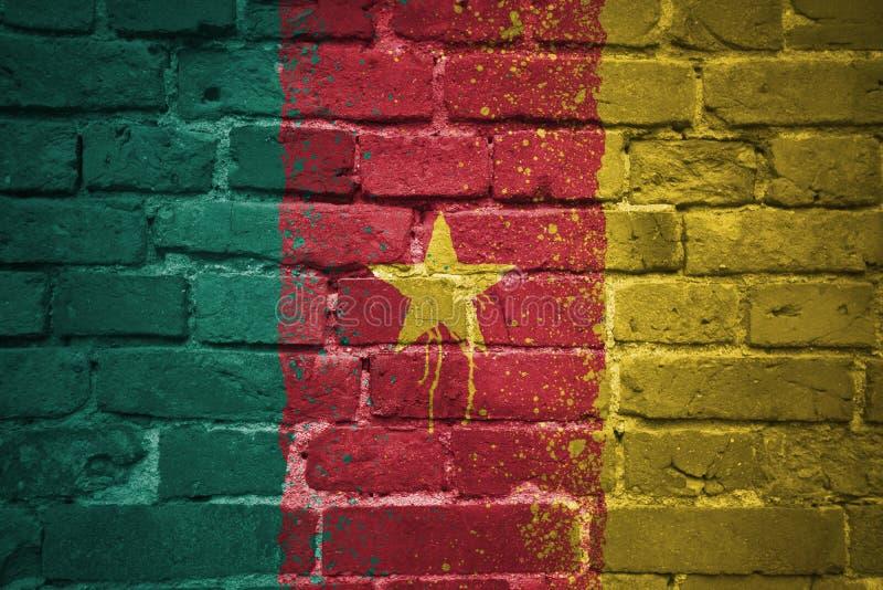 Bandera nacional pintada del Camerún en una pared de ladrillo fotos de archivo libres de regalías
