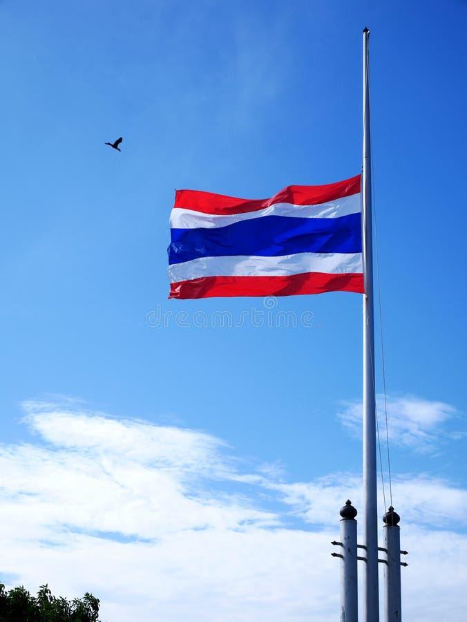 Bandera nacional tailandesa de la media asta o del mitad-personal del movimiento imágenes de archivo libres de regalías