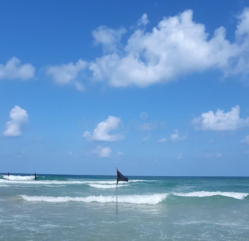 Bandera negra en el mar - una señal del peligro para los bañistas imagenes de archivo