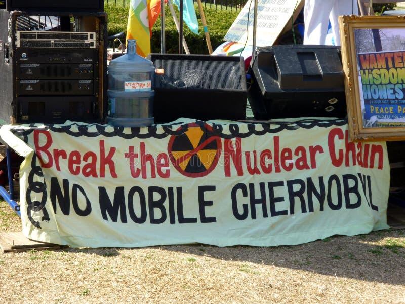 Bandera nuclear anti de la protesta imagenes de archivo