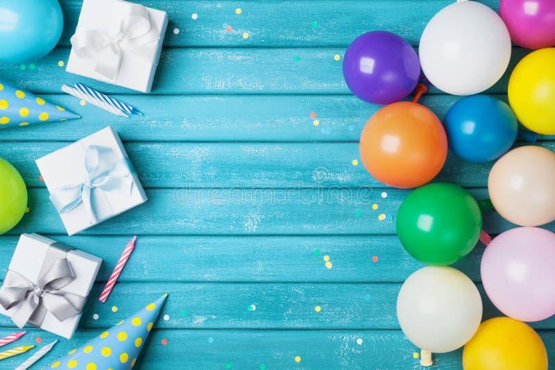 Bandera o fondo de la fiesta de cumpleaños con el globo, el regalo, el casquillo del carnaval, el confeti y el caramelo coloridos fotos de archivo libres de regalías