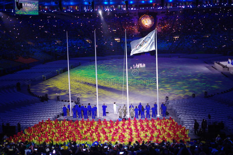 Bandera olímpica y caldera olímpica imagenes de archivo