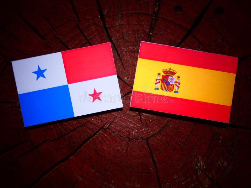 Bandera panameña con la bandera española en un tocón de árbol foto de archivo libre de regalías