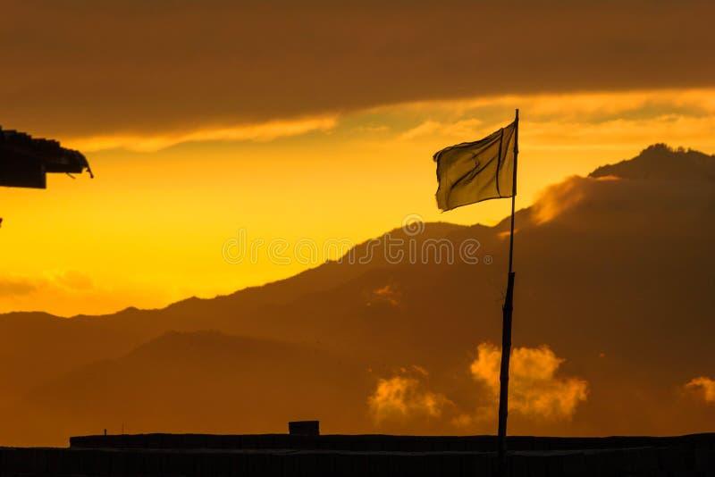 Bandera paquistaní que agita en las montañas de Mansehra fotografía de archivo