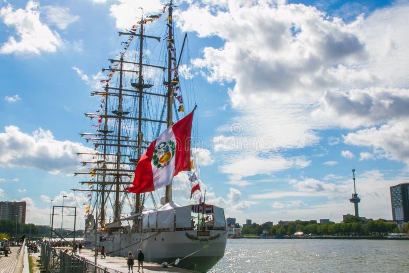 Bandera peruana en la nave alta imagen de archivo libre de regalías