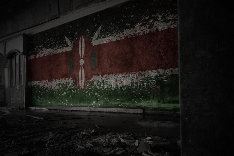 Bandera pintada de Kenia en la pared vieja sucia en una casa arruinada abandonada fotos de archivo