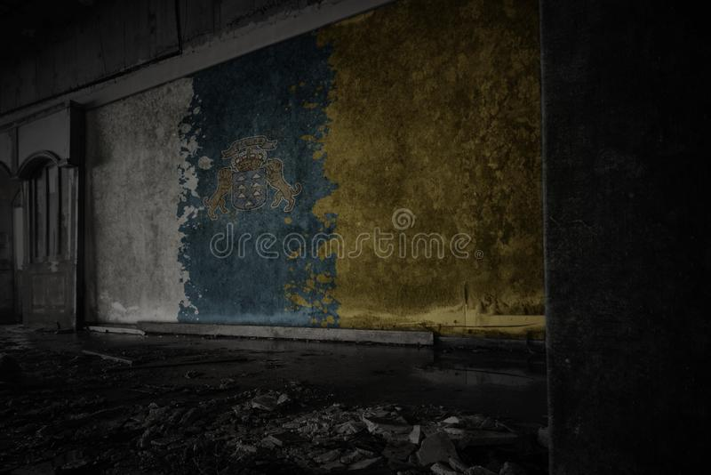Bandera pintada de las islas Canarias en la pared vieja sucia en una casa arruinada abandonada fotografía de archivo