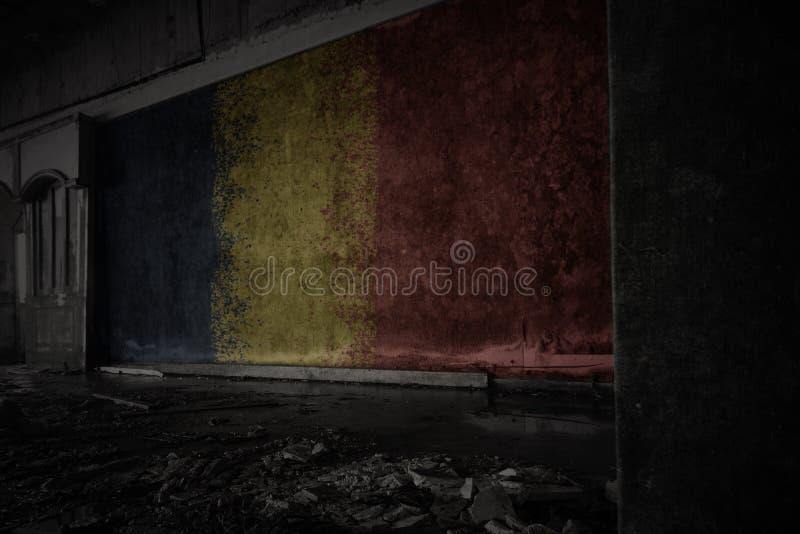 Bandera pintada del sábalo en la pared vieja sucia en una casa arruinada abandonada imagenes de archivo