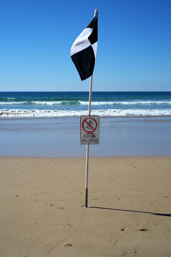Bandera prohibida que practica surf para las personas que practica surf y los nadadores en la playa fotos de archivo