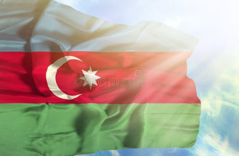 Bandera que agita de Azerbaijan contra el cielo azul con rayos solares fotos de archivo libres de regalías