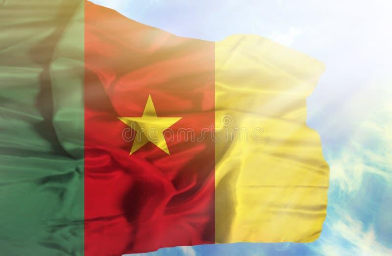 Bandera que agita del Camerún contra el cielo azul con rayos solares fotografía de archivo libre de regalías