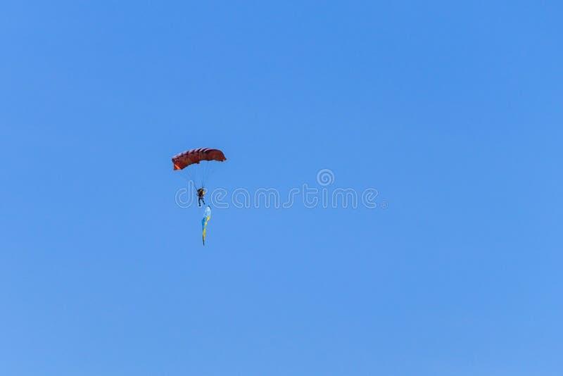 Bandera que lleva del paracaidista de Ucrania en cielo azul fotografía de archivo libre de regalías
