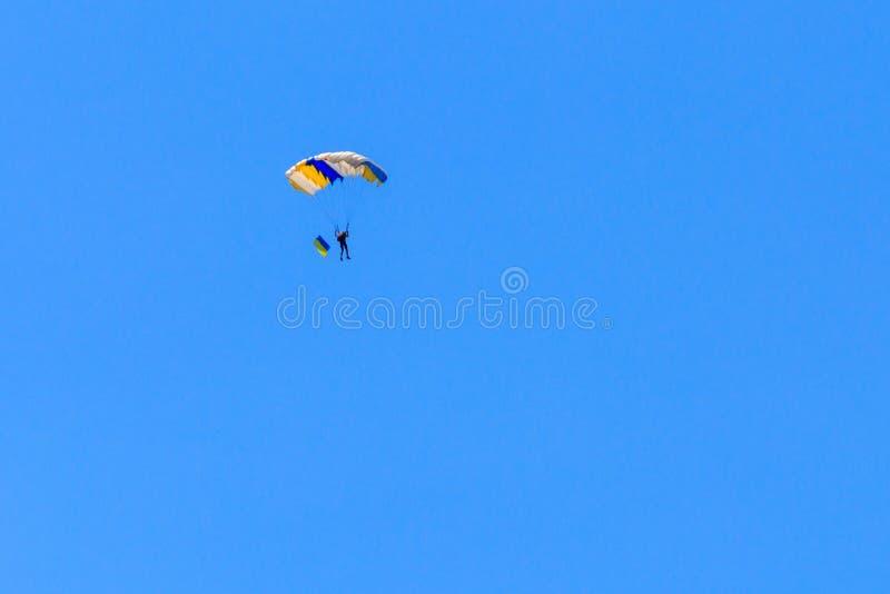 Bandera que lleva del paracaidista de Ucrania en cielo azul foto de archivo