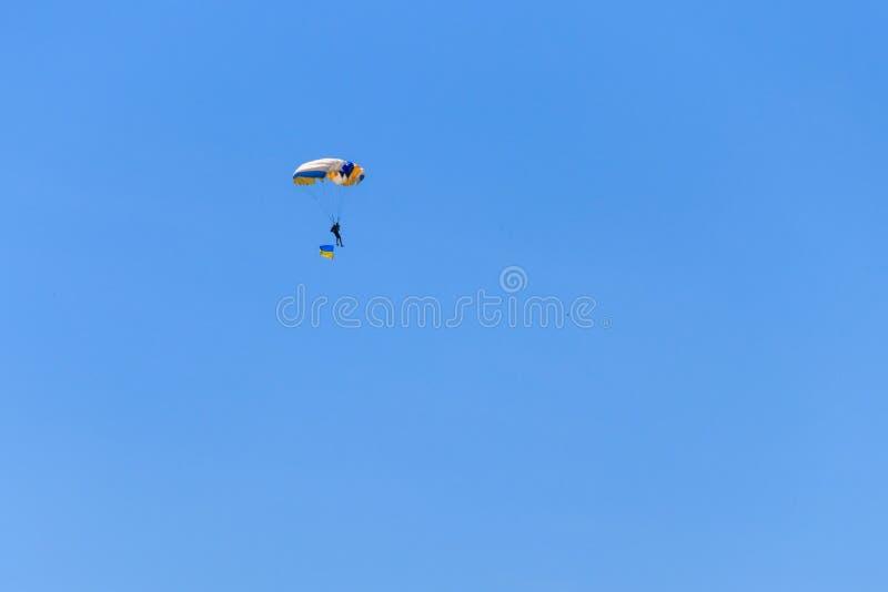 Bandera que lleva del paracaidista de Ucrania en cielo claro azul imagen de archivo