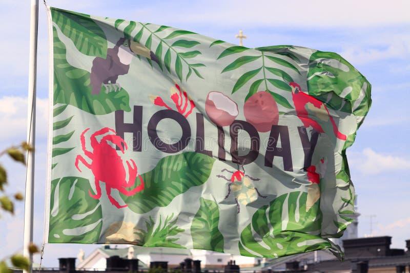 Bandera que sopla en el viento en Helsinki en Finlandia en verano fotografía de archivo