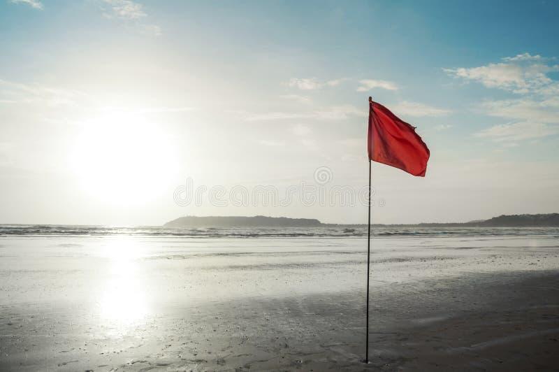 Bandera roja amonestadora foto de archivo libre de regalías