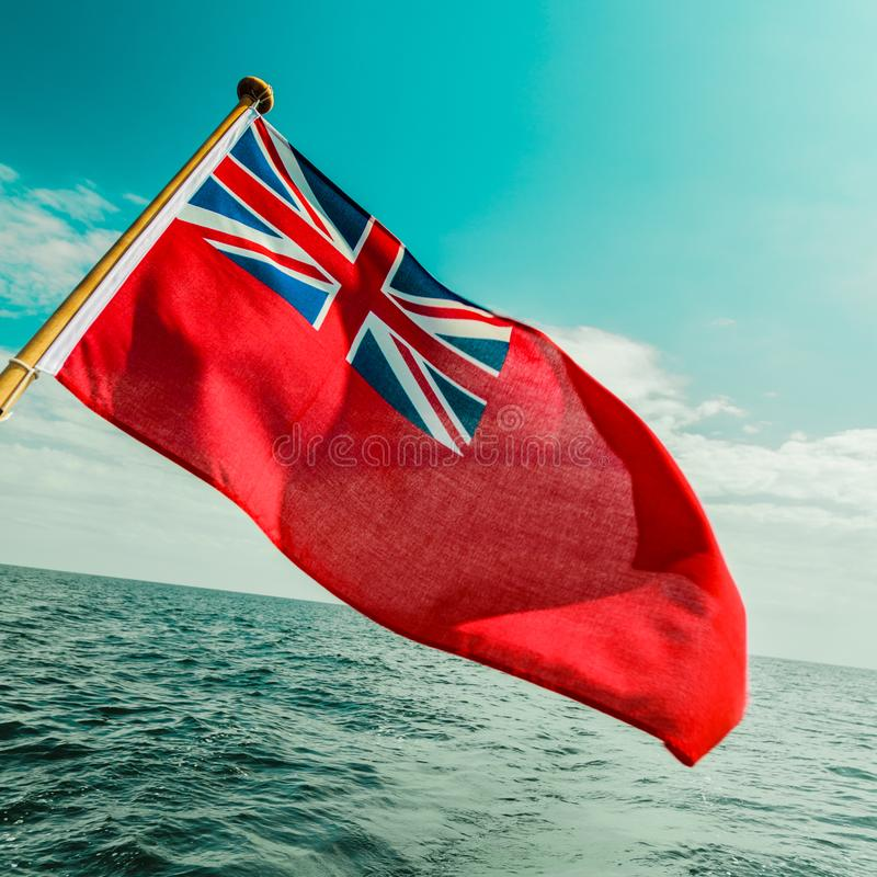 Bandera roja BRITÁNICA la bandera marítima británica volada del yate fotos de archivo