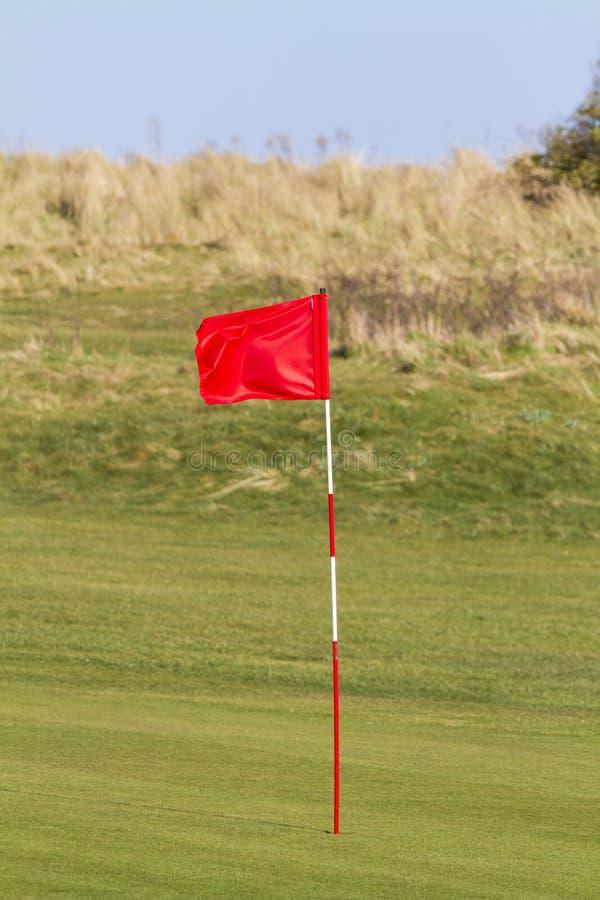 Bandera roja del golf fotografía de archivo libre de regalías