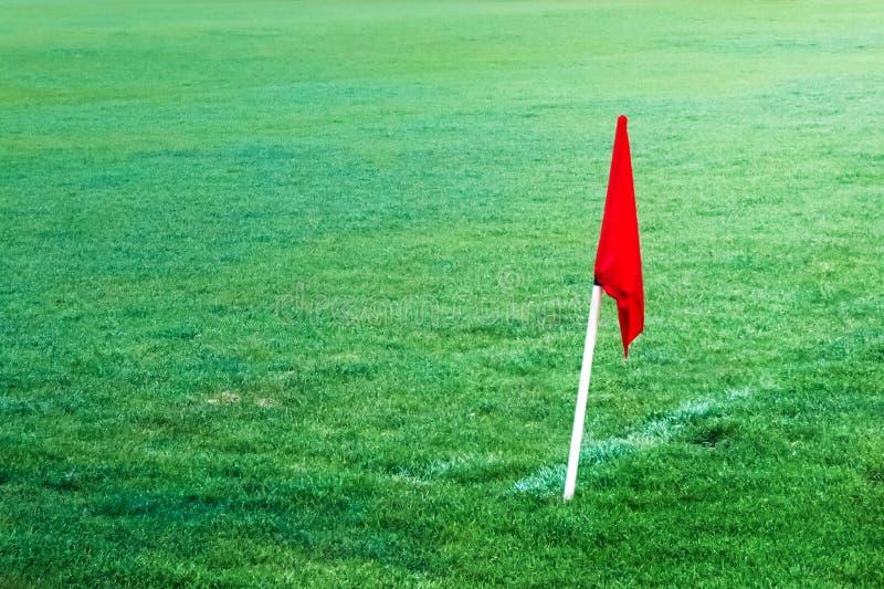 Bandera roja en campo de fútbol del fútbol fotografía de archivo