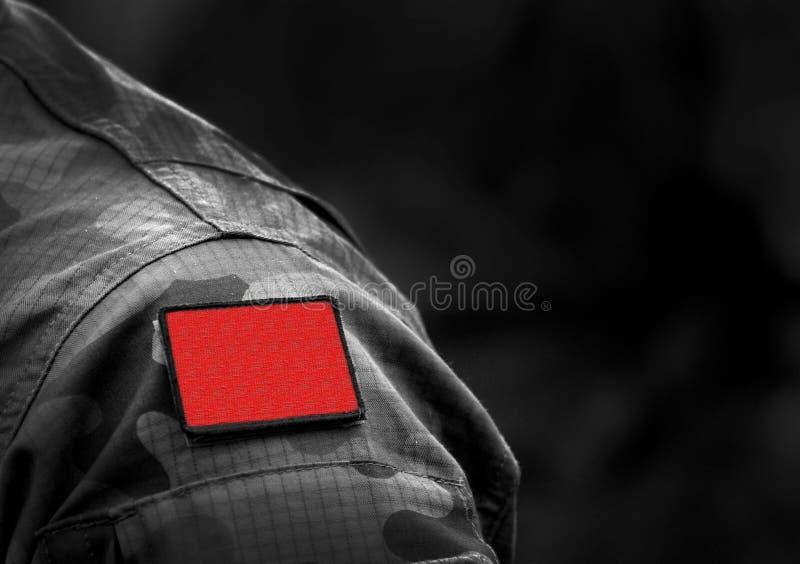 Bandera roja en uniforme militar Bandera roja socialista o comunista Anarquismo Bandera Roja imagenes de archivo