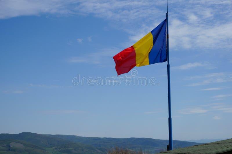 Bandera rumana en Deva imagenes de archivo