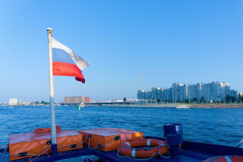 Bandera rusa en la popa de un barco de placer en Neva River, St Petersburg, Rusia imagenes de archivo