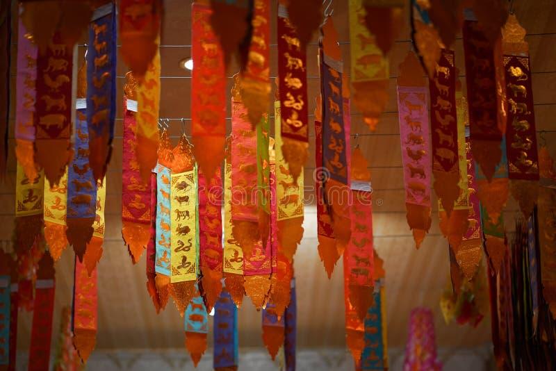 Bandera septentrional tradicional de Tung Thaiand, bandera vertical de 12 zodiacos, adornada en un templo budista imagen de archivo libre de regalías